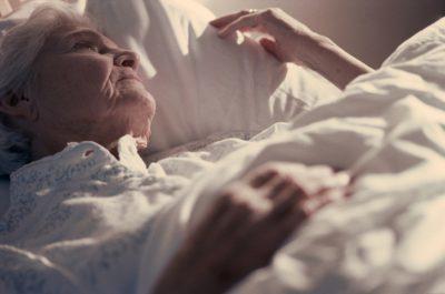 Безсоння у літніх: ефективні народні засоби і ліки в літньому віці